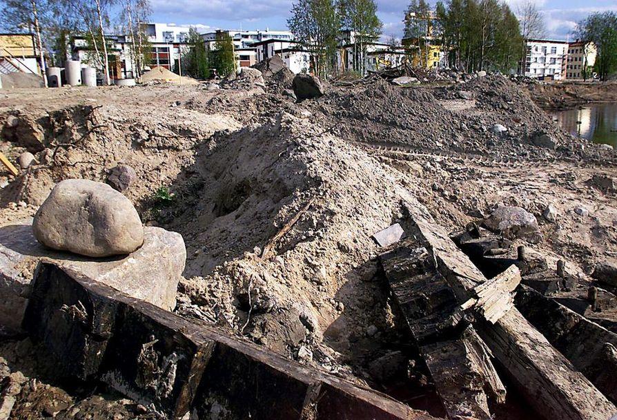 Kiikelin edustalta löydettiin laivan osia ruoppauksen yhteydessä toukokuussa 2000. Tutkimukset osoittivat, että kyseinen talonpoikaispurjealus oli rakennettu 1670–1680-lukujen vaihteessa. Arkistokuva.