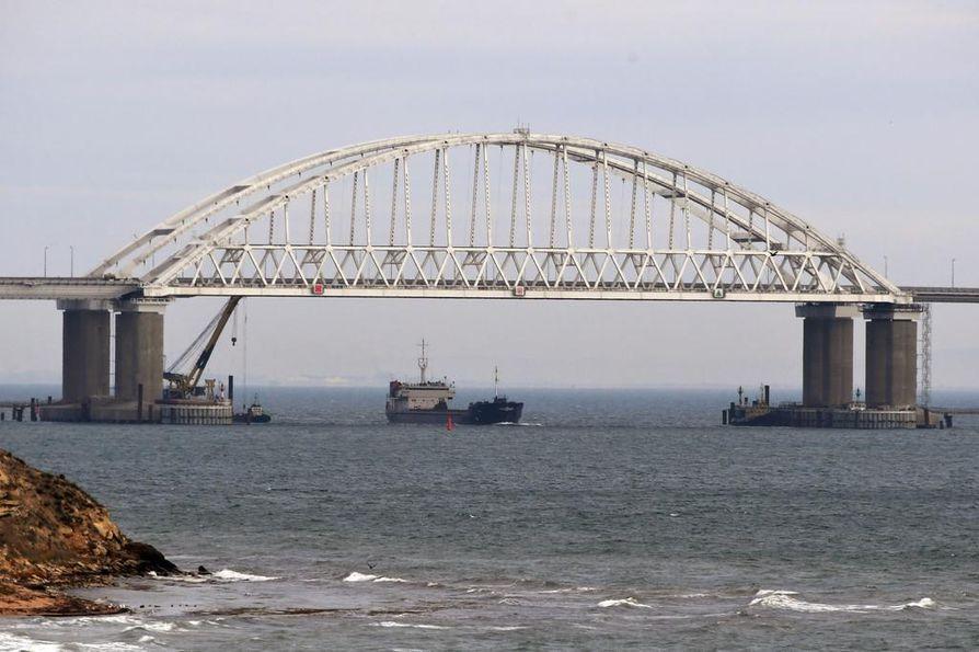 Kertshinsalmen silta yhdistää Krimin niemimaan ja Venäjän. Silta myös sulkee ukrainalaiseen Mariupolin satamaan johtavan Asovanmeren Venäjän valvontaan.