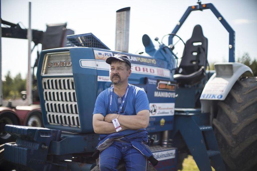 Ilomantsilainen Tuomo Nissinen osallistuu Hyrriäisellä Farm Sport 6000 -luokkaan, jossa koneen muokkaaminen on rajattu minimiin. – Syöttöpumppuja voi muutella ja laittaa erikokoisia turboja.