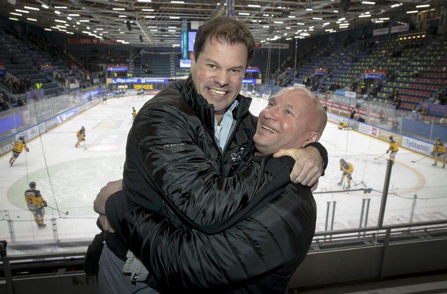Jaako Niskavaara (vas.) yritti hakea lisää pituutta itselleen hyppäämällä penkkirivin selkänojan päälle, mutta lopulta hän päätyi Kristian Taubertin hellään syleilyyn.