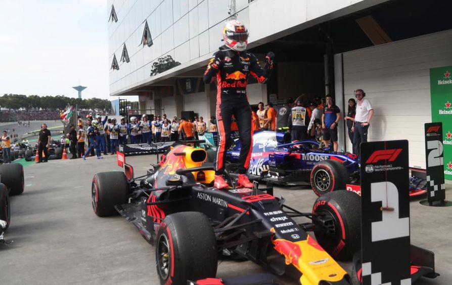 Max Verstappen juhli voittoaan Brasilian gp:ssä.