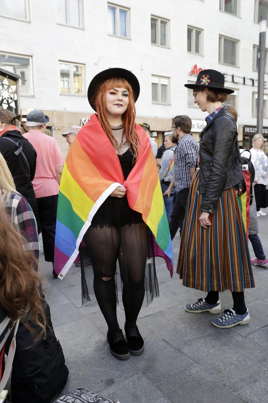 20-vuotias oululainen Iida-Juulia Portti panosti Pride-lookissaan värikkääseen meikkiin.