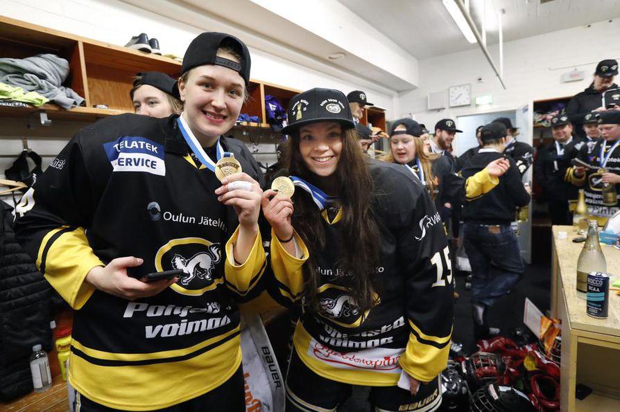 Kärppien naisten joukkue juhlii huhtikuussa jääkiekon Naisten Liigan Suomen mestaruutta. Ilves kaatui finaalisarjassa otteluvoitoin 3–1.