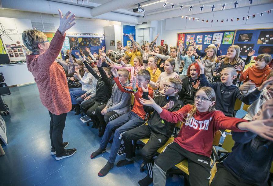 Opettaja Marja Koskivirta pitää koululaisooppera Djurens planetin lauluharjoituksia Koskelan koulun 5A- ja 5B-luokkalaisten kanssa. Kun oppilaita on noin 50, niin ääntä lähtee.