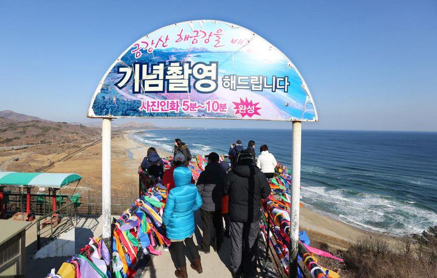 Goseongin rannalta voi katsoa horisonttiin, jossa siintää Pohjois-Korea. Maiden välillä on demilitarisoitu vyöhyke, joka on täynnä piikkilanka-aitoja ja jalkaväkimiinoja.