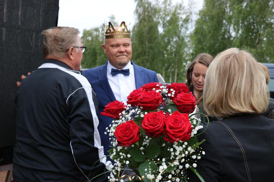 Ystävät, tuttavat ja tuntemattomat onnittelivat uutta tangokuningasta. Haapaveden kaupungin onnitteluruusut ojensi hallituksen puheenjohtaja Anri Kolehmainen.
