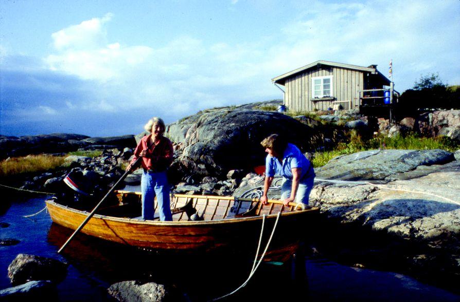 Tove Jansson päätti erakoitua ja vetäytyä julkisuudesta 1970-luvulla. Hän muutti suurimmaksi osaksi vuotta yhdessä Tuulikki Pietilän kanssa Klovharuun, joka on pieni ulkoluoto Pellingissä Suomenlahdella.