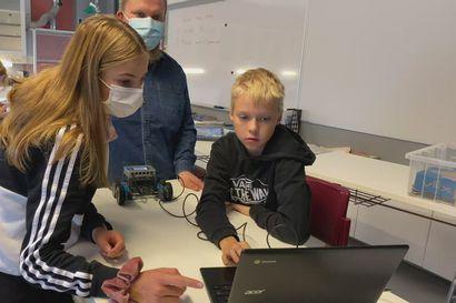 Merikadunkoulun 7 A luokka ohjelmoi robotteja