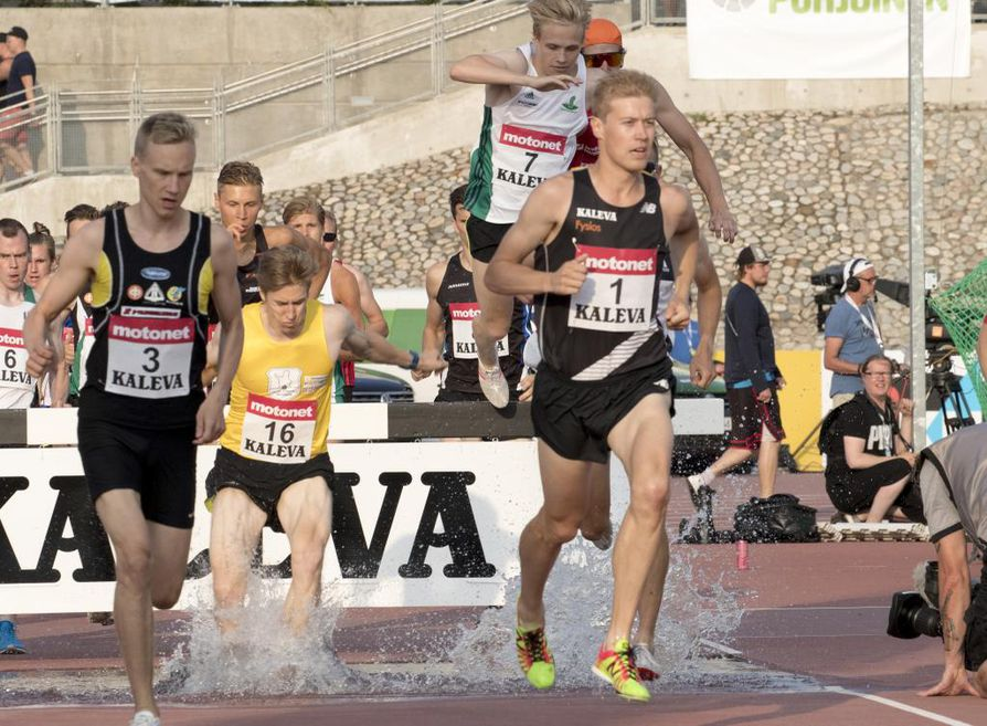 Janne Ukonmaanaho (oik.) ehti juosta 3000 metrin estejuoksussa lähes koko matkan ennen kuin takareiden jänne repesi.