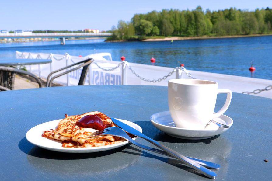 Kahvila Poiju Hietasaaren Seelarissa tarjoilee lättykahvien lisäksi myös häikäisevän kauniin maiseman.