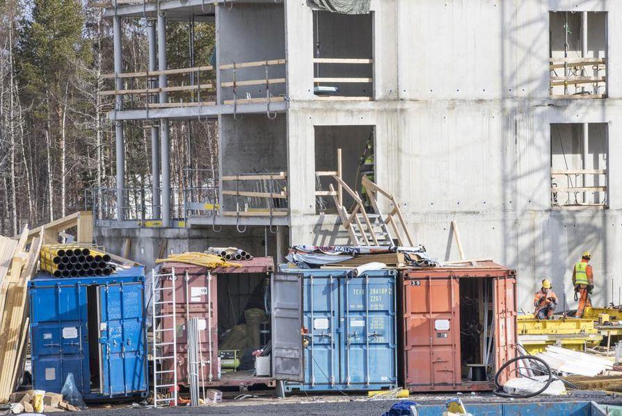 Merikontteja käytetään yleisesti rakennustyömaiden varastoina. Kuva Lehto Groupin uudisrakennustyömaalta Oulun Linnanmaalta.