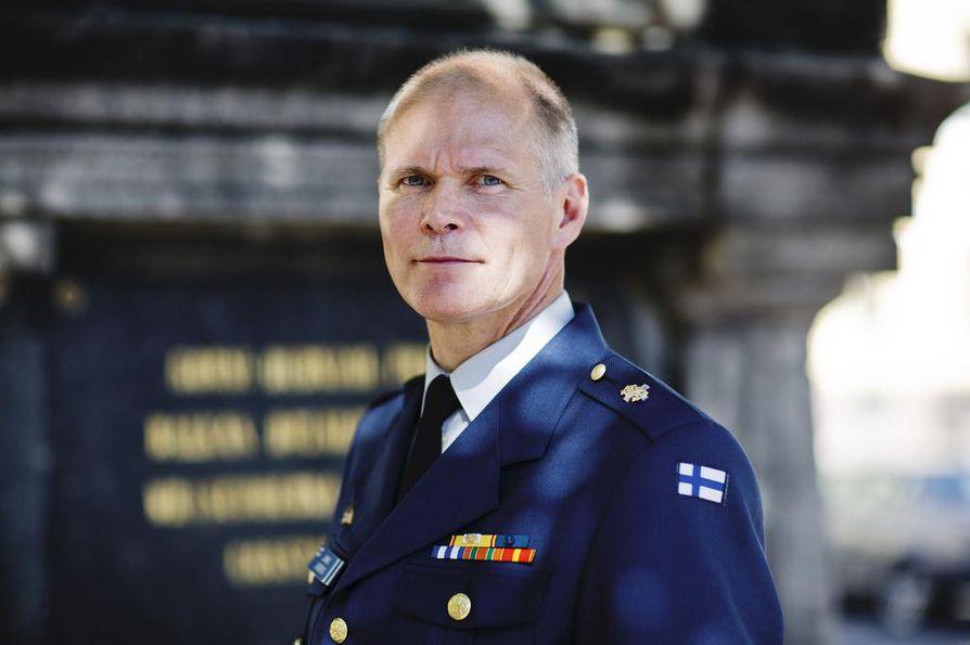 Puolustusvoimain nykyinen komentaja Jarmo Lindberg ei hae jatkokaudelle. Spekulaatioissa hänen seuraajakseen on ollut esillä neljä varteenotettavaa ehdokasta.