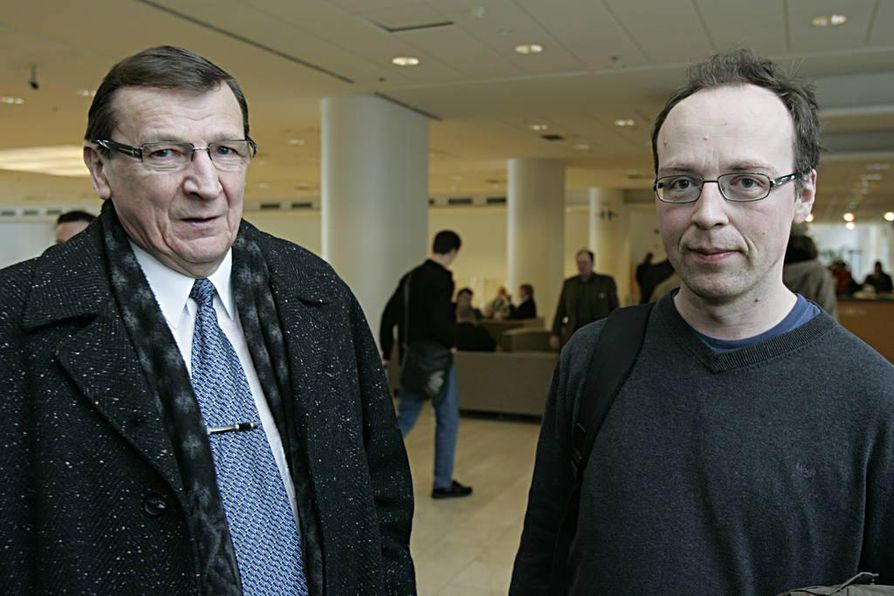 Raimo Vistbacka (vas.) kummastelee Jussi Halla-ahon tapaa jakaa perussuomalaiset.