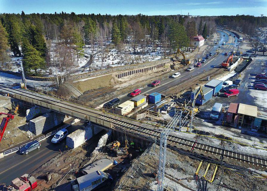 Ajokaistat eivät mene enää ahtaammiksi pohjoisen alikulun sillan kohdalla. Katutyöt hankaloittavat kuitenkin tilannetta toukokuusta lähtien.