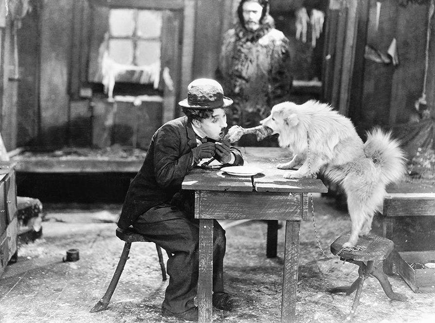 Charles Chaplinin vuonna 1925 ilmestyneen elokuvan Kultakuume säestää monitaiteellinen The Corridoors of Sound Collective