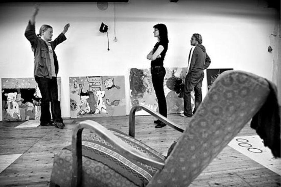 Vesa Ranta (vas.) Hanna Schroderus ja Mikko Eronen suunnittelevat ripustuksia työhuoneen seinille sunnuntain vierailijoita varten.
