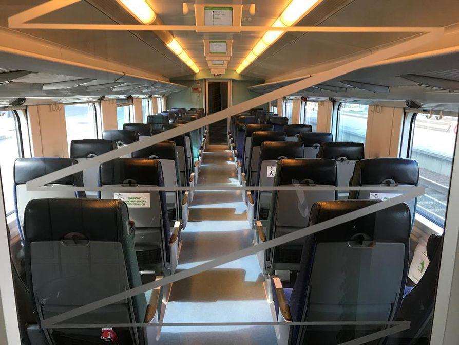 Intercity-junan yksi vaunu suljettiin keskiviikkona vaunussa leijuneen savun hajun vuoksi.