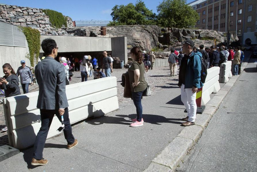 Temppeliaukion kirkon terroriuhka nousi julkisuuteen kesäkuussa. Kirkon edustaa vahvistettiin betoniporsailla.
