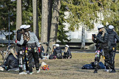 Oululaisopiskelijat suuntasivat juhlimaan puistoihin ja Torinrantaan, mutta haalarien lisäksi myös toppatakki oli tarpeen – Vapun juhlinta on sujunut rauhallisesti