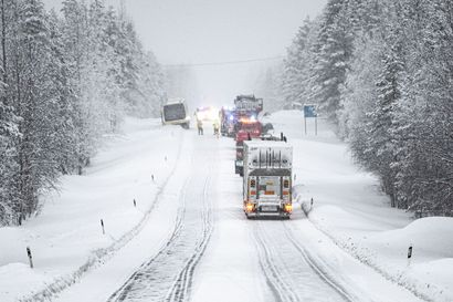 Kaksi ihmistä kuoli Ouluntien liikenneonnettomuudessa Kuusamossa – kolarissa oli osallisena kuorma-auto, linja-auto ja henkilöauto