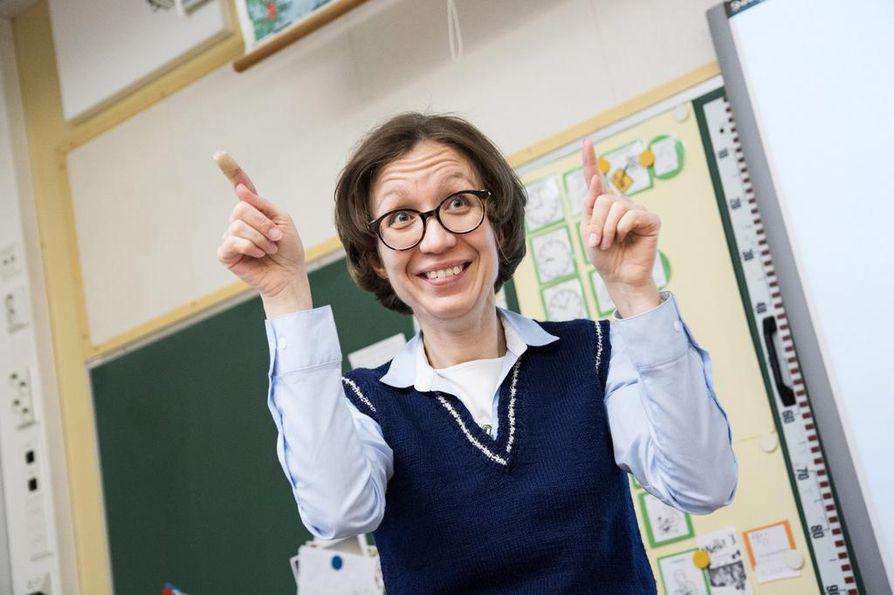 Erityisluokanopettaja Sanna Mäkelä opettaa kuuroille viittomakielellä englantia Pitäjänmäen peruskoulussa.