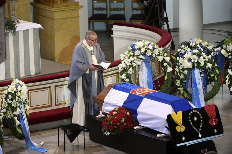 Piispa Eero Huovinen nosti siunauspuheensa teemaksi presidentti Mauno Koiviston kädet.