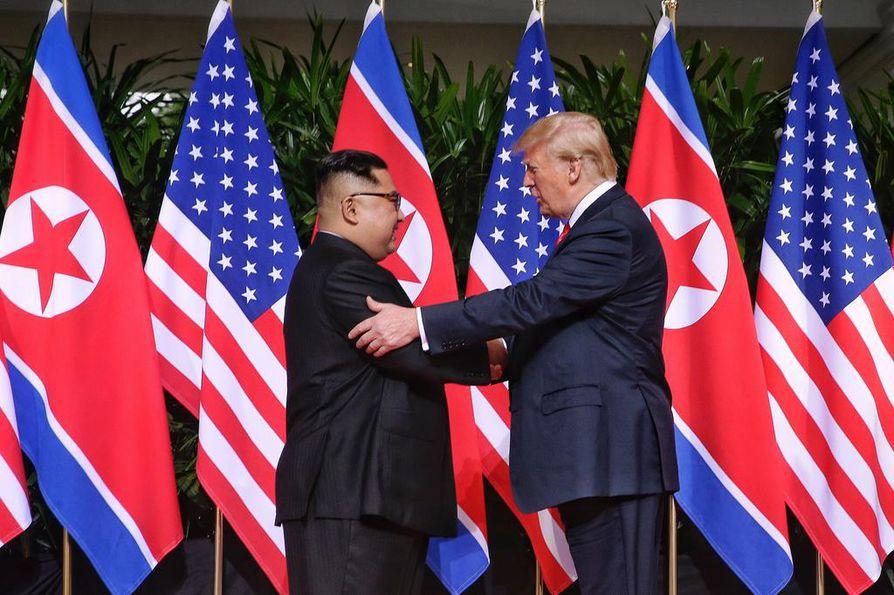 Donald Trumpin nähtiin koskettavan Kim Jong-unia useaan kertaan tiistaisen tapaamisen aikana.