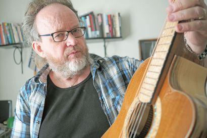 """Kempeleläinen Eero Koivisto virittää pianoja työkseen ja rakentaa kitaroita harrastuksenaan: """"Kaupan kitaroista hyvin harvat saa vireeseen sillä tavalla, että minun korvani sen hyväksyy"""""""