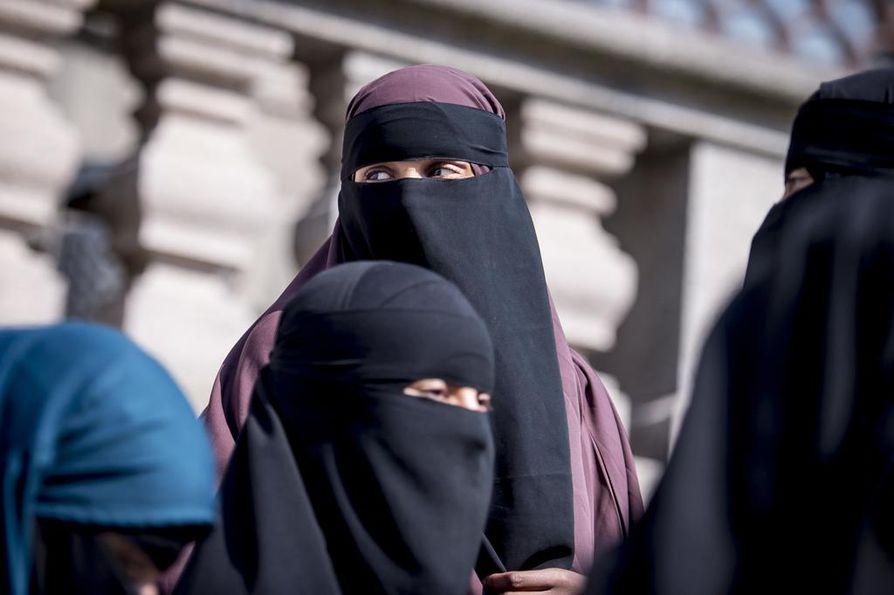 Musliminaiset poistuivat Tanskan parlamenttitalosta niqabeissa eli kasvohunnuissa toukokuun viimeisenä päivänä, jolloin enemmistö kansanedustajista kannatti niqabin ja burkan käytön kieltämistä julkisella paikalla.