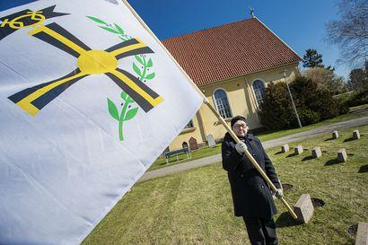 Sotaorpo Aila kantoi lippua isänsä muistolle: Aila jäi isättömäksi kahden kuukauden ikäisenä