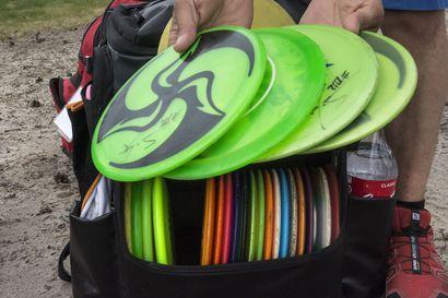 """Ilkivaltaa frisbeegolfradalla – varastetut kiekot voivat olla omistajilleen arvokkaita: """"Moni on valmis maksamaan vanhasta hävinneestä kiekosta enemmän kuin uudesta kaupan hyllyllä"""""""