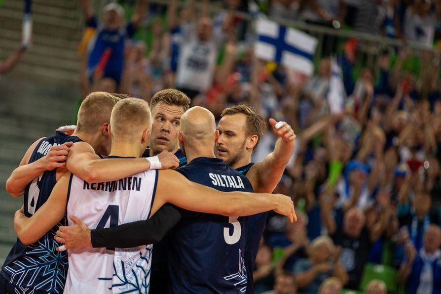 Suomen lentopallomiehet juhlivat dramaattisen keskiviikkoillan päätteeksi Turkki-voittoa ja EM-kisojen neljännesvälieräpaikkaa.