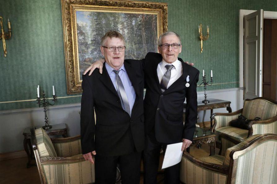 Upi Väärä (vas.) kiitteli Seppo Kalliota henkensä pelastamisesta keskiviikkona Oulun Lääninhallitus-talossa. Samoilla vesillä monesti pilkkineet miehet eivät tunteneet toisiaan entuudestaan.
