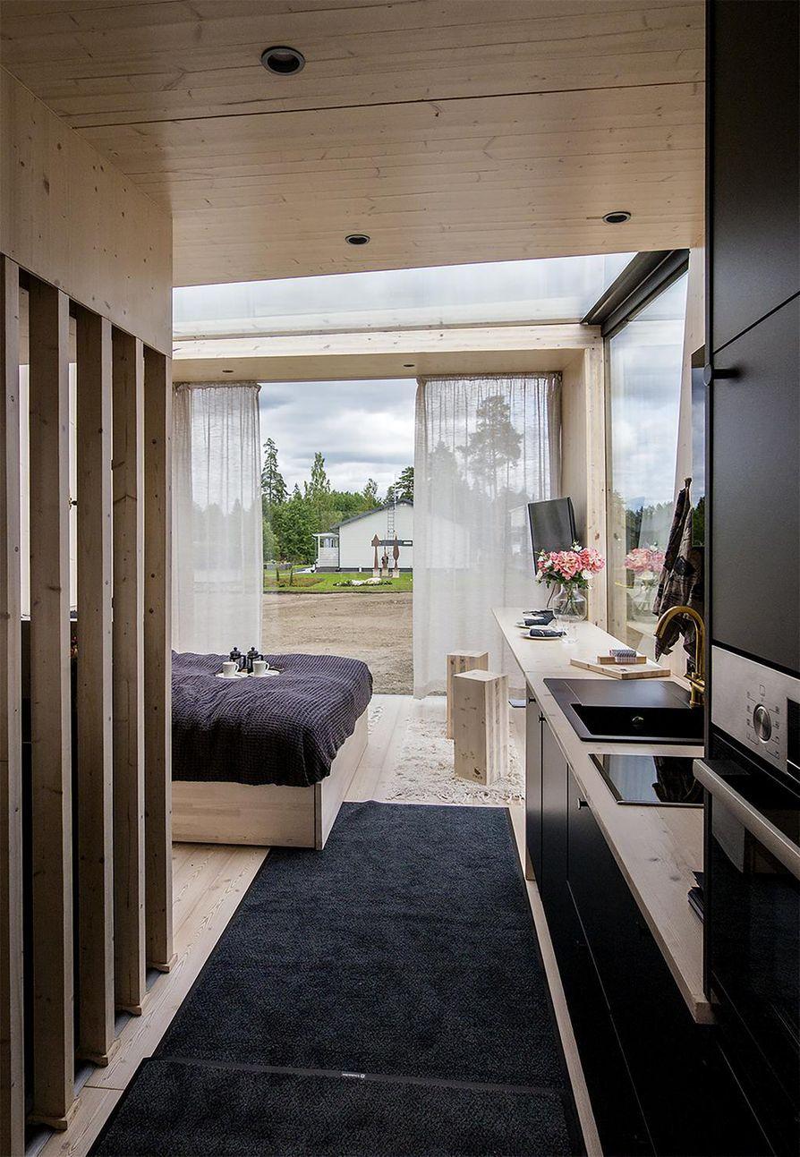 Suurten lasipintojen ansiosta tupakeittiössä riittää valoa, mutta yksityisyyden vaalimiseksi ikkunat tulisi voida myös peittää tarvittaessa.