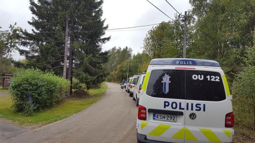 Poliisi piirittää taloa Haukiputaalla.