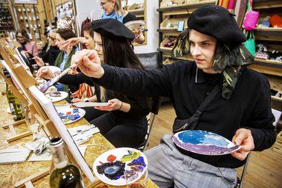 """Viinin ja maalaamisen yhdistävä tapahtuma tuli Rovaniemelle – """"Taustalla on ajatus siitä, että ne peruskoulun kuvistunneilla traumatisoituneet yksilötkin uskaltaisivat päästää luovuutensa irti"""""""