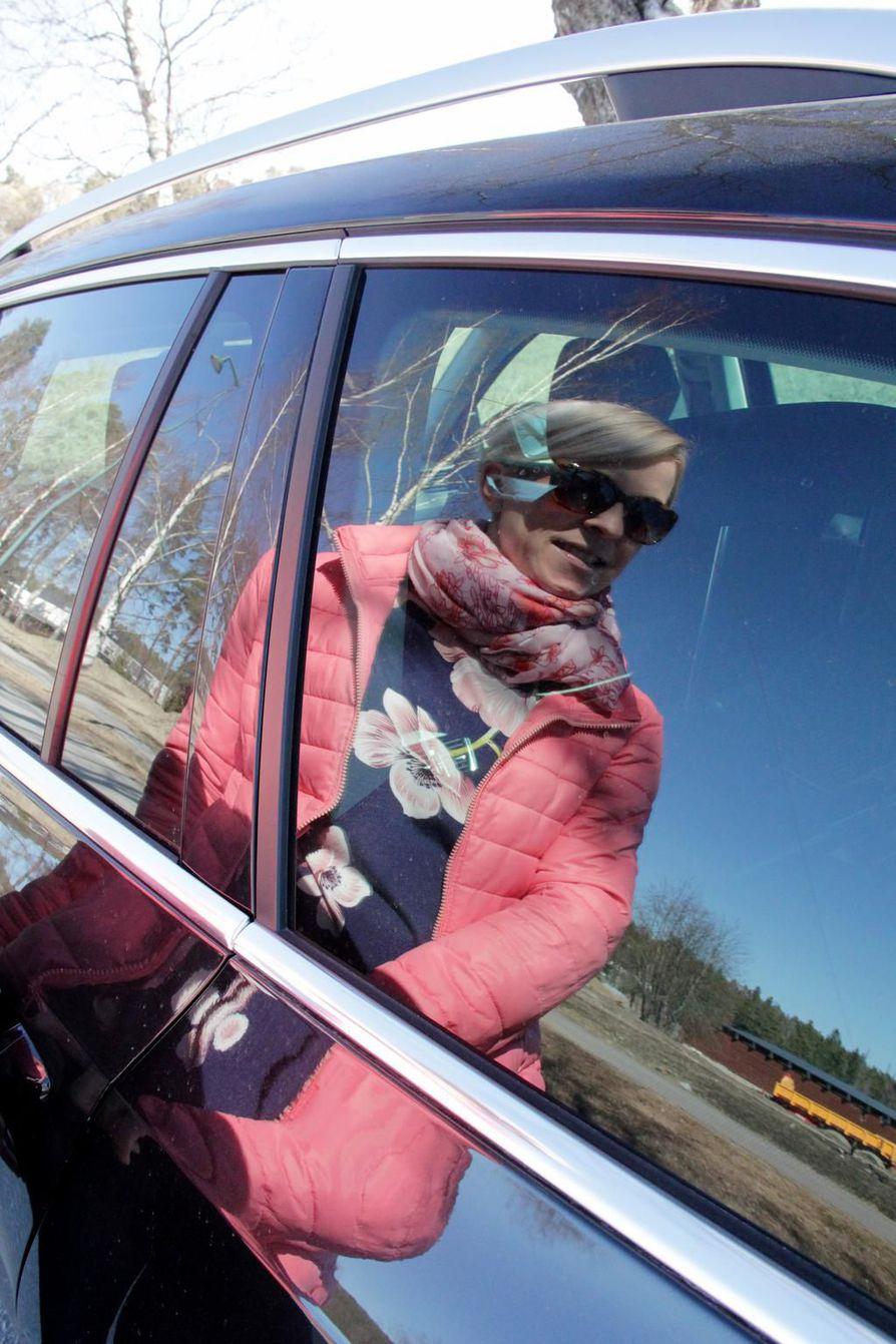 """""""Vuoden päästä minulla saattaa olla täysin erimerkkinen auto alla"""", arvelee vuokraamalla Skodan käyttöönsä hankkinut Nina Nordling."""