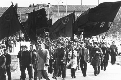 Vietnamin rinnalla imperialisteja vastaan! – Vappumarssilta kertyi erikoisia kylttejä matkamuistoksi