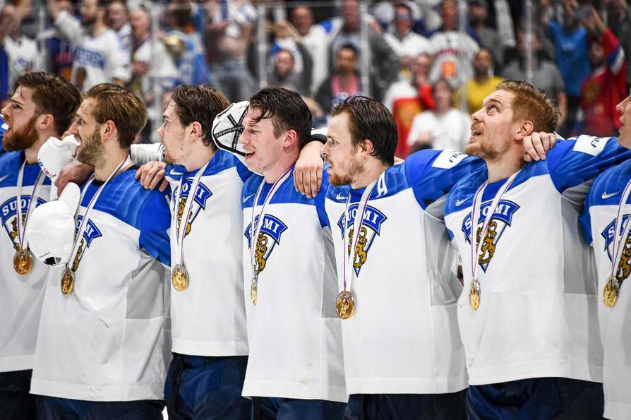 Suomen pelaajat juhlivat maailmanmestaruutta kaadettuaan Kanadan loppuottelussa.