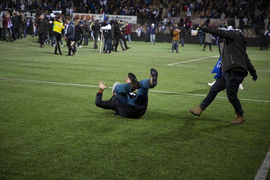 Riehakas kisapaikkajuhla ei tuo Palloliitolle edes sakkorangaistusta. Suomi voitti Liechtensteinin 3–0 Helsingissä viime perjantaina ja varmisti EM-kisapaikan 2020.