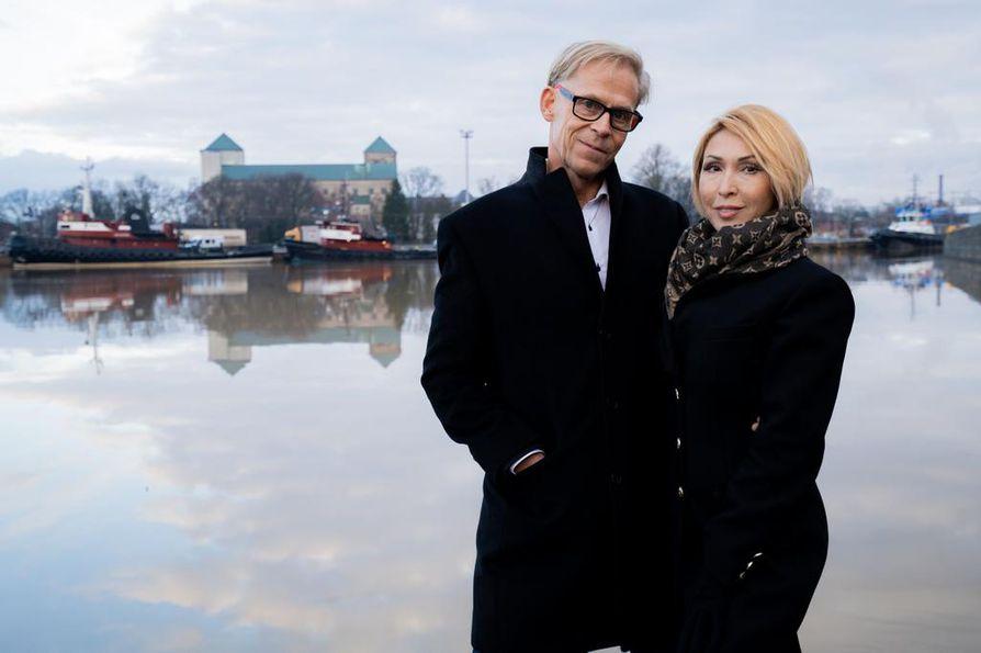 Toivo ja Nadia Sukari vaihtavat viikoksi rahattoman taiteilijaperheen elämään. 110 euron viikkobudjetti tuntuu mahdottomalta.