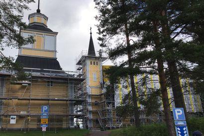 Muhoksen kirkolle suuri rakennuspalohälytys, katso video – tilanteesta selvittiin säikähdyksellä