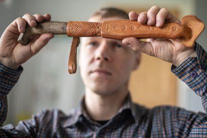 """""""Kun keskityn kuumaan rautaan, niin huolet unohtuvat"""" – Matti Hanhela kunnosti isoisänsä vanhan pajan: Nyt siellä tehdään taas kuuluisia Hanhelan puukkoja"""