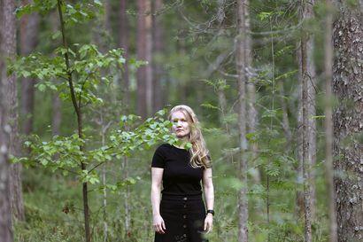 Miksi pikkupaikkakunnalle jääminen herättää ihmetystä? Oululainen valokuvaaja Tiina Wallin pohtii teoksissaan muun muassa elämän haurautta ja kotiseudun merkitystä