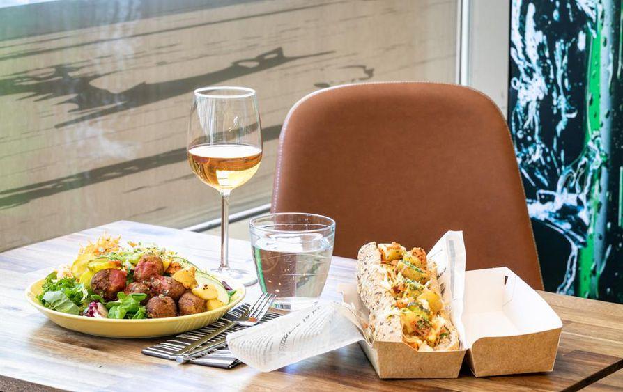 Tarjolla on lounasaikaan salaattia tai patonkia, johon valitaan pääraaka-aine päivittäin vaihtuvasta valikoimasta ja sen jälkeen lisätään itse loput täytteet buffetpöydästä.