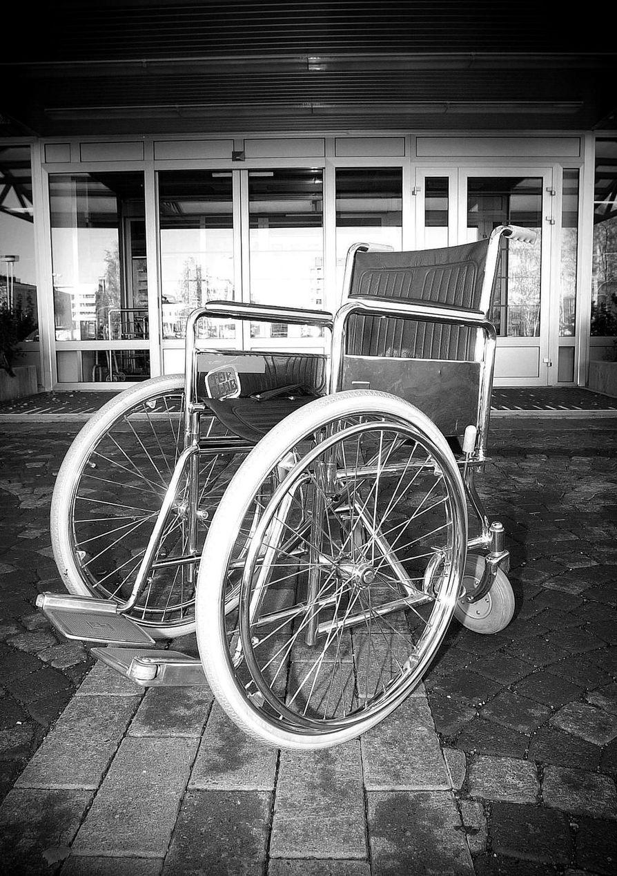 Pohjoissuomalainen mies laitettiin sairaalasta kotiin, vaikka hän ei pystynyt kävelemään itse.