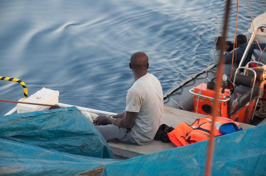 Lifeline-pelastusaluksen kyytiin Välimereltä nostettu mies katseli merta toissaviikolla.