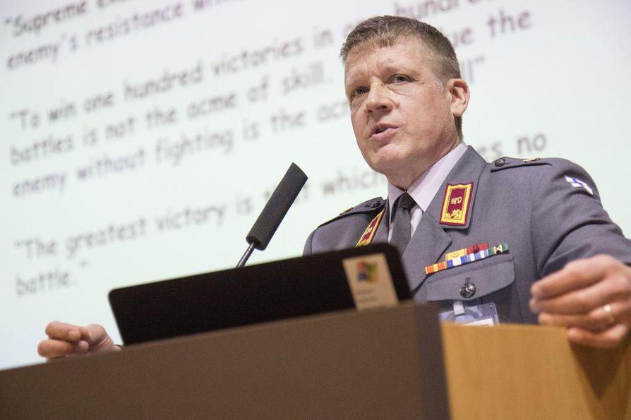 Operaatiopäällikkö Eero Pyötsiä. Saako hän kauluslaattaansa pian neljännen leijonan?