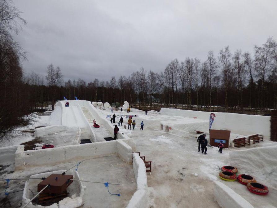 Lauantaina Nallikarissa katseltiin kansainvälistä lumiveistoskilpailua Snow Fest -veistospuistossa.
