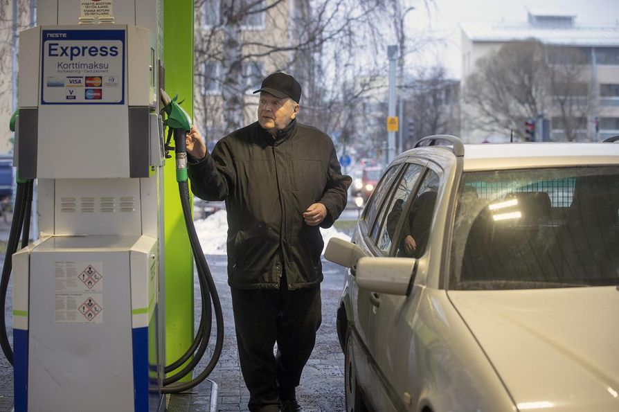 Oululainen Pentti Kämäräinen seuraa hintoja ja valitsee tankkauspaikkansa yleensä sen mukaan. Paikallakin on merkitystä. Hän ei lähde ajamaan kauemmaksi halvan polttoaineen perässä.